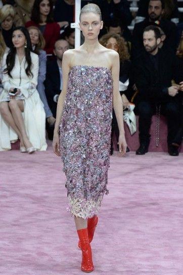 Abito rosa glitter Dior CoutureAbito midi con glitter e stivaletti rossi della collezione Dior Couture primavera/estate 2015