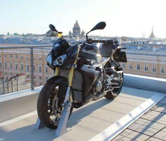 Kempinski BMW motorcycle taxi service в Санкт-Петербурге.