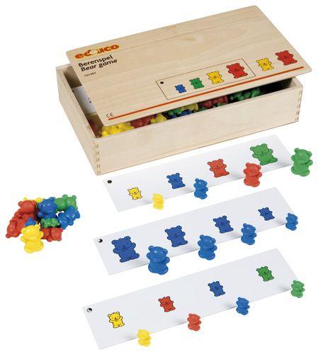 --- berenspel --- Set met kunststof beren in verschillende kleuren en verschillende groottes. Geschikt om kleur en grootte te benoemen, te leren tellen, vergelijken en seriëren.  Inhoud:  16 opdrachtstroken, 64 beren (in 3 niveaus) in 4 verschillende groottes en 4 verschillende kleuren.   Formaat kist: 34 x 20 x 6 cm (l x b x h). 522 907