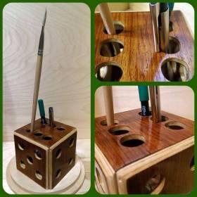 Kézzel készített fa dobókocka formájú tolltartó.