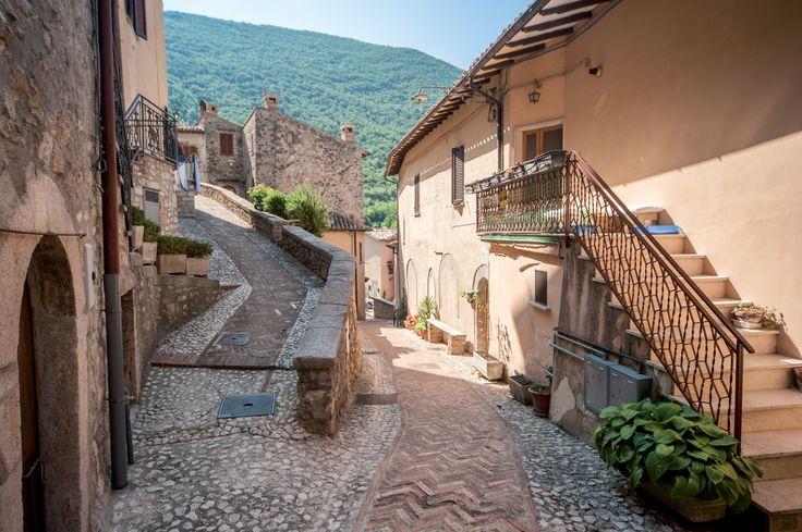 Borgo Cerreto, Scorcio interno. Il centro, sviluppatosi nel periodo tardo-medievale, sorse su un crocevia che ebbe una grande importanza fin dall`epoca preromana e romana; qui correva infatti il confine tra le antiche regioni della Sabina e dell`Umbria