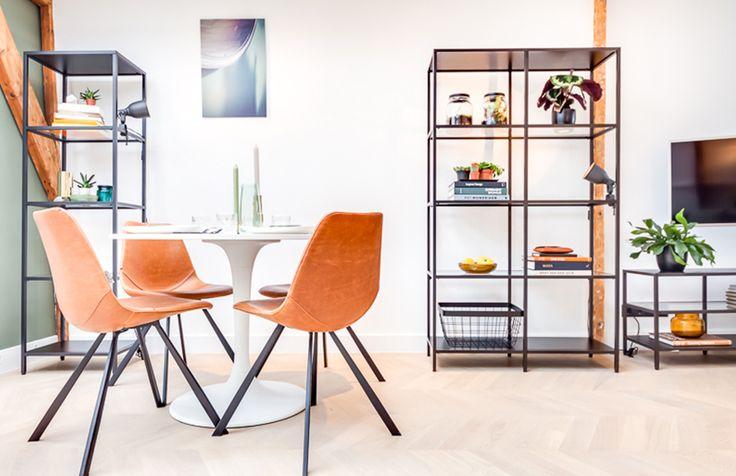 Studio Kustlijn Architecten - Styling appartement Den Haag Hongaarse punt parket. Stalen kast. lederen stoelen. Eettafel. Groen en hout.