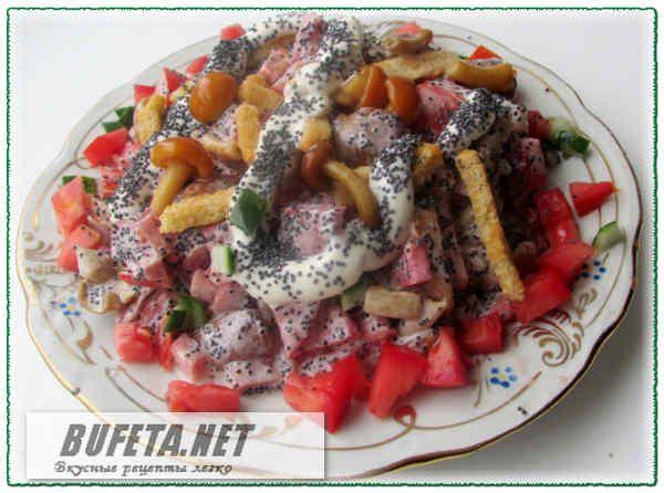Маковый салат с курицей и грибами Ветчина или копченая куриная грудка  – 150 грамм Помидор  – 1-2 шт.  (они должны быть среднего размера, плотной консистенции, не водянистые) Грибы маринованные – лучше всего, –  опята или маленькие шампиньоны – 100 грамм Мак – 2-3 ст. ложки Сухарики  – 1 пачка (40-60 грамм) покупаем  или  делаем сами Майонез  – 3-4  ст. ложки Приготовление: Ветчину нарезаем кубиками, грибы при необходимости тоже измельчаем, оставляя немного  целых для украшения. Помидоры…