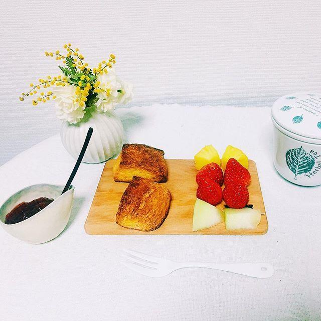 kazu_kame1029. 朝食の準備 . 夜の8時に病院から帰ったはずが、10時半に呼び出され、夜中の2時前に帰宅 . 明日朝、起きれる自信がなく、いやしんぼなので朝食セットして寝ることにしました . スコーンは#itonowa レシピで作りました☺︎ . 2016.3.16
