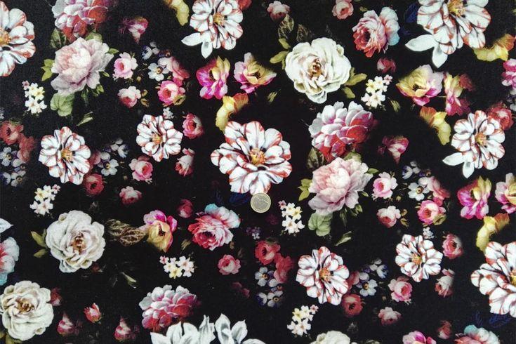 Tela punto aterciopelado con estampado de flores en fondo negro. Punto para vestidos con peso, gruesa y muy caída, de textura suave y agradable al tacto, con cierta elasticidad aportada por el porcentaje de Spandex que contiene la tela. Tela de punto ideal para la confección de vestidos, jerséis, faldas, y más.#punto #terciopelo #estampado #flores #pesado #grueso #suave #confección #vestidos #jerséis #faldas #tela #telas #tejido #tejidos #textil #comprar #online #telasseñora #telasniños…