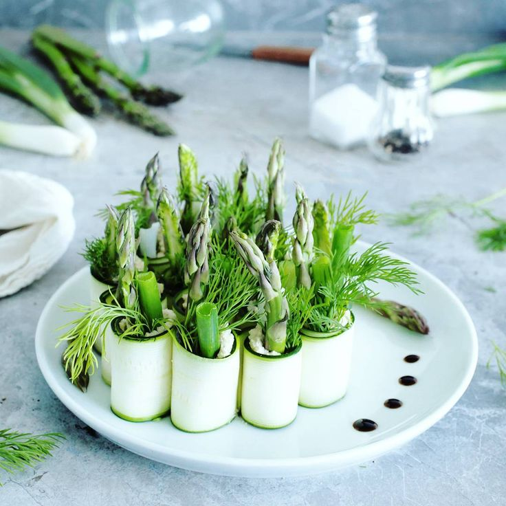 simple raw vegan ZUCCHINI ROLL-UPS with cashew cream cheese, asparagus and dill find recipe  at Green Evi (@green_evi)