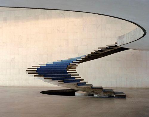 El arte de la escalera.  Una escalera la hace cualquiera, pero como esta solo Oscar Niemeyer. La podéis ver en el Palacio de Itamaraty I en Brasília.
