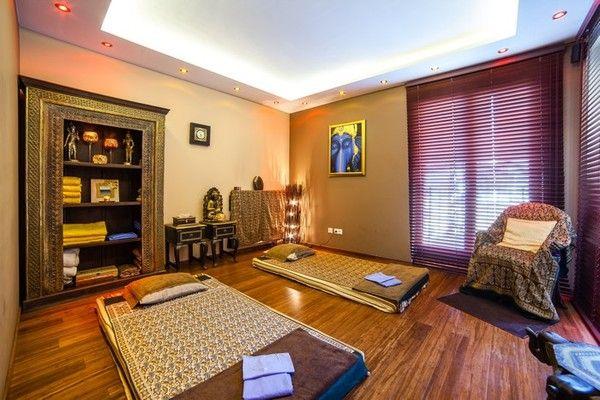 Salon masażu tajskiego. Pokój dla par. Masaż wykonywany jest w ubraniu, na podłodze, na rozłożonej macie lub lekkim materacu. Osoba poddawana zabiegowi przyjmuje wiele różnych pozycji wywodzących się z pięciu zasadniczych postaw - leżenia tyłem, przodem i na boku oraz postawy odwróconej i siedzącej. Ważnym elementem jest medytacyjny stan, dlatego też masaż tajski wykonywany jest zazwyczaj w ciszy lub przy muzyce relaksacyjnej, która pozwala na koncentrację i refleksję.