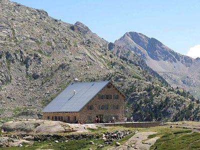 La Red de Refugios de Montaña del Pirineo oscense se consolida.  En la actualidad, de los 19 refugios que hay en Aragón, 16 están en el Pirineo oscense, o su zona de influencia, más el que se está construyendo en Montanuy, habiendo tenido en los nueve primeros meses de este año más de 66.800 pernoctaciones.