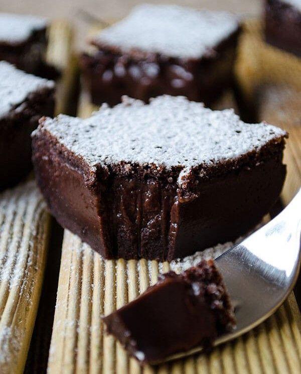 Pokud milujete chuť čokolády, připravte si tento vynikající čoko zákusek. Zákusek je velmi jemný, mírně teče a takto to má být! Mňamka!