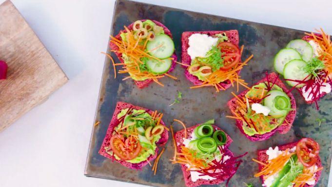 Rainbow sandwiches met zelfgemaakt bietenbrood - Recept - Allerhande