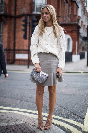 Street Style: los primeros looks de primavera. Ni tan abrigada, ni tan veraniega. Mezcla perfecta con jersey de punto grueso, falda a la rodilla y sandalias de tacón.