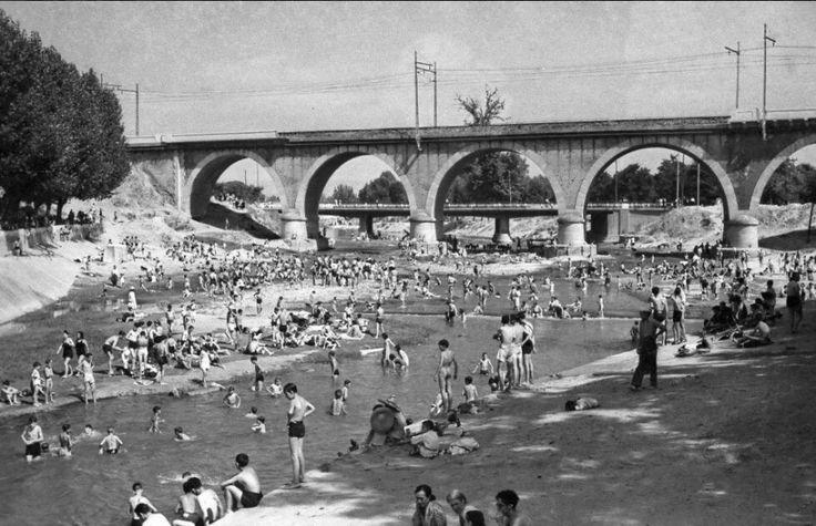 Bañistas dándose un chapuzón en el río Manzanares, Madrid. 1946