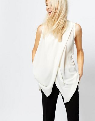 Monki – Ärmellose Bluse mit Schlitz vorne