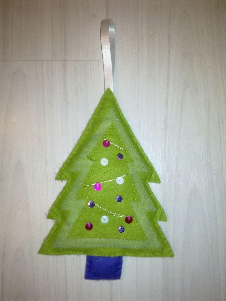 kerstboom tussen de 2 kerstbomen zit een laagje tule