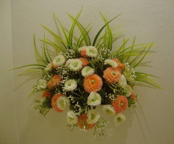 Vaso de parede em MDF laqueado branco, flores em dois tons de cores,musgos. Lindos para enfeitar qualquer ambiente ! R$ 55,90