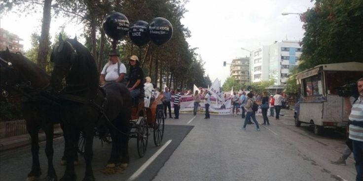 Θεσσαλονίκη: Με κάρα, άλογα και μαύρα μπαλόνια η πορεία διαμαρτυρίας των εργαζομένων στη δημόσια υγεία – Δείτε ΦΩΤΟ