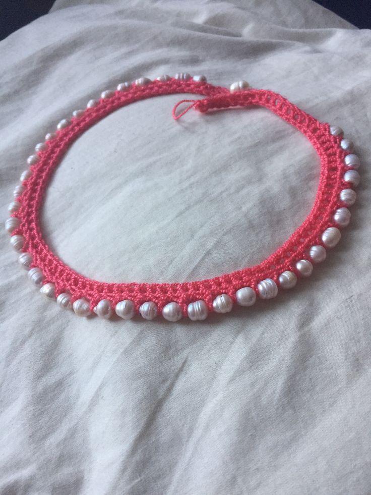 Collar de perlas en ganchillo croché.