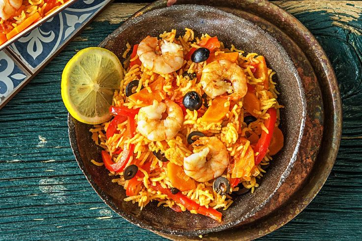 Spaanse rijstschotel met garnalen en olijven