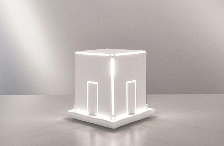 Light house, produzione numerata, una lampada da tavolo in metallo verniciato di bianco.