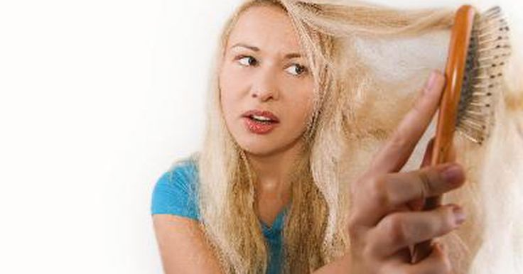 Remedio casero para el cabello fino . El cabello fino tiene un gran número de causas. Puede deberse a la genética, a una deficiencia vitamínica o al cuidado inapropiado. Hay remedios caseros simples que lo pueden fortalecer, engrosar y que son fáciles y sencillos de hacer. La mayoría de los ingredientes que necesitas los encontrarás en el refrigerador o en los armarios.