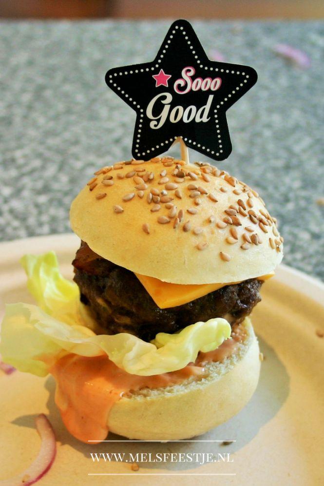 Beste verjaardagshapje ever - Mini Hamburgs van de BBQ - Zelf gekruide en gedraaide hamburgers op een klein broodje met saus sla tomaat spek cheddar en saus - Verjaardagsfeest – BBQ recept - Mels Feestje
