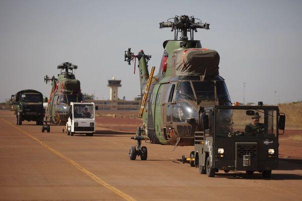 Arrivée d'hélicoptères de l'armée française sur la base aérienne de Bamako