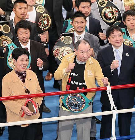 日本プロボクシング協会のイベントに参加し、WBCの「名誉チャンピオンベルト」を授与されファイティングポーズを取る袴田巌さん(前列中央)。左は姉の秀子さん、右は同協会の大橋秀行会長=19日、東京・後楽園ホール ▼19May2014時事通信|袴田さん、リングへ「復帰」=ベルト腰にVサイン-ボクシング http://www.jiji.com/jc/zc?k=201405/2014051900866 #Iwao_Hakamada