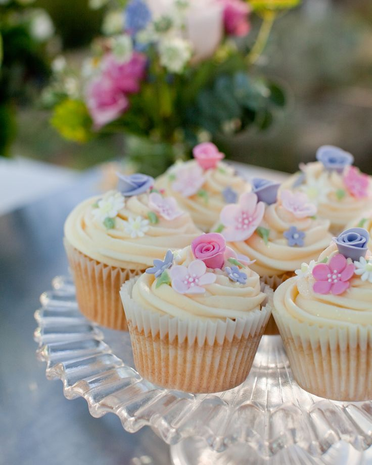 Pretty Floral Cupcakes from theprettycakecompany.com