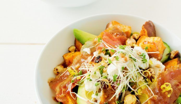Salade met zoete aardappel, avocado, geitenkaas, bacon & noten