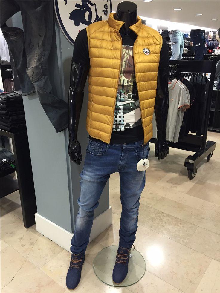 Super sexy avec son jean replay hyperflex ! Tee-shirt Antony Morato + Doudoune JOTT + Chaussures Eleven Paris