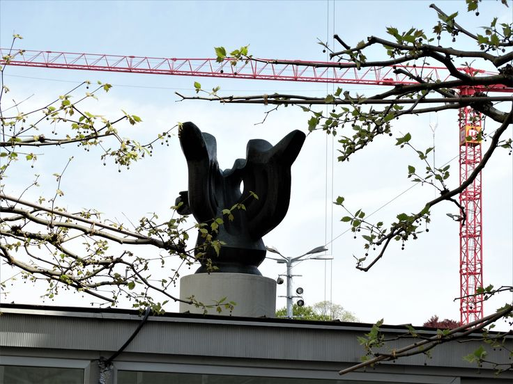 """""""Whodunnit""""  Who framed the sculpture / in red?    (rightside in front of Kunsthaus Zuerich)   answer: Jacques Lipchitz, """"le chant des voyelles"""", 1930-1931, based on poem of the same title by Arthur Rimbaud; photo Drager Meurtant"""