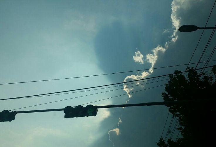 정차중 해를 가린 구름과 신호등...