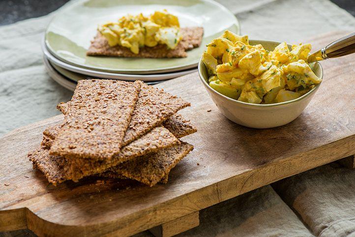 Recept: Zelfgemaakte crackers met eiersalade | Eet Puur