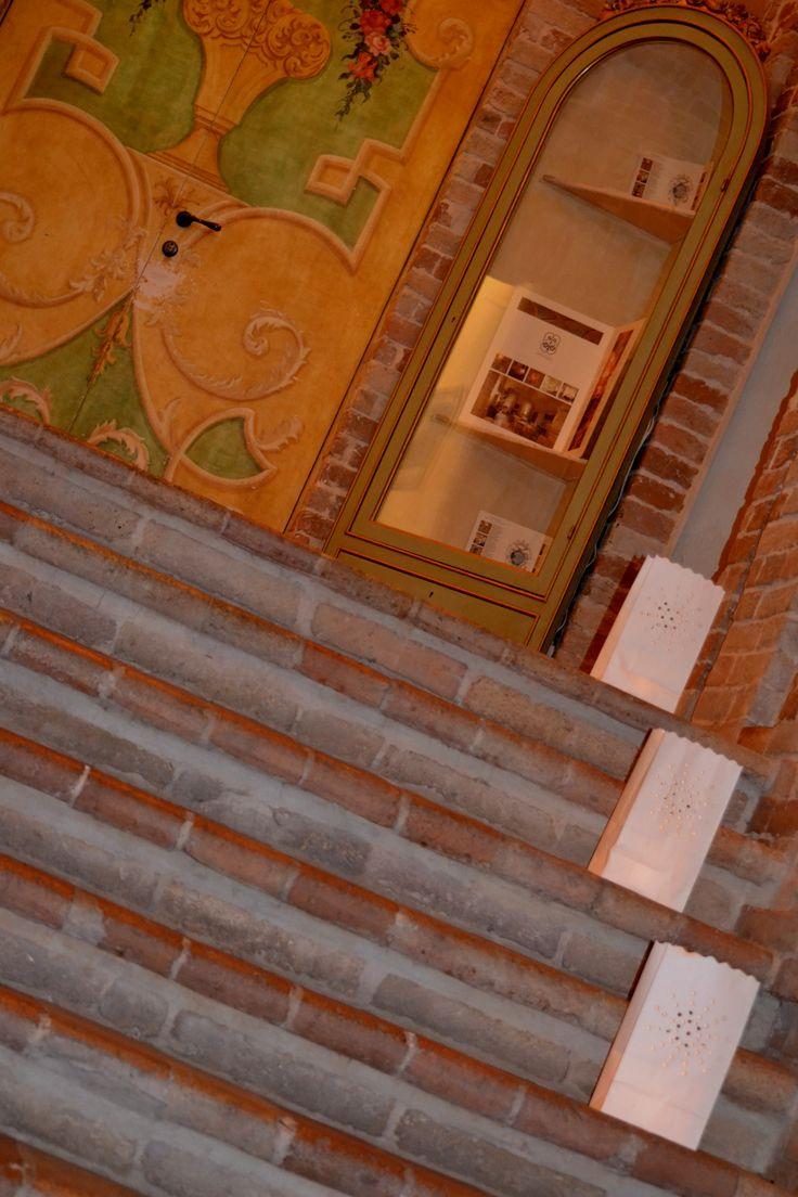 Palazzo storico Dimora d'epoca decorazione scalinata con #lanterne di carta #suite #matrimonio regale #eleganza