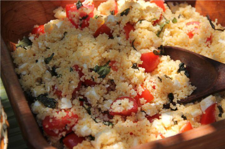 Receta de Cuscus con Tomates Cherry, Queso Fresco y Albahaca