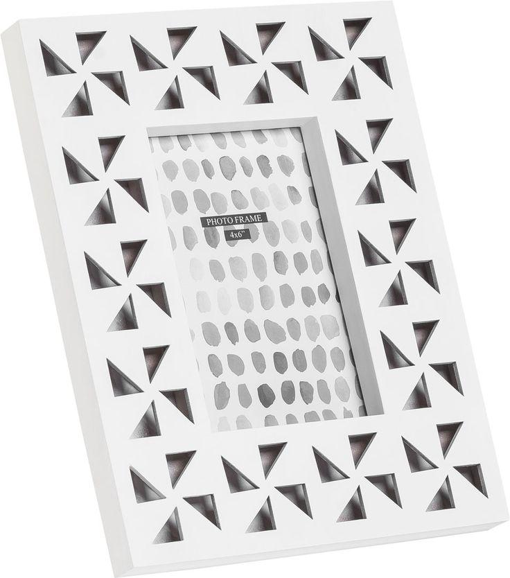 Cechy i korzyści: Ramka Vento posiada ozdobne otwory w kształcie trójkątów układających się w wiatraki. Do kompletu z ramką można zakupić pudełko z serii Vento. Kolor: Naturalny kolor drewna Biały