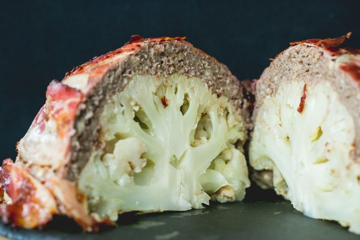 """Low Carb Karfiol aka """"The Brain"""": Karfiol einmal anders - Im Ganzen, aus dem Ofen und mit einer köstlichen """"Kruste"""" aus würzigem Faschierten und Bacon."""