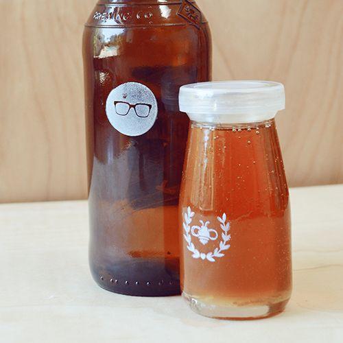 Como decorar frascos de vidrio para la cocinaPersonalized Honey, Homemade Extract, Gift Ideas, Diy Honey, Design Sponge, Honey Jars, Glasses Bottle, Diy Projects, Hostess Gift