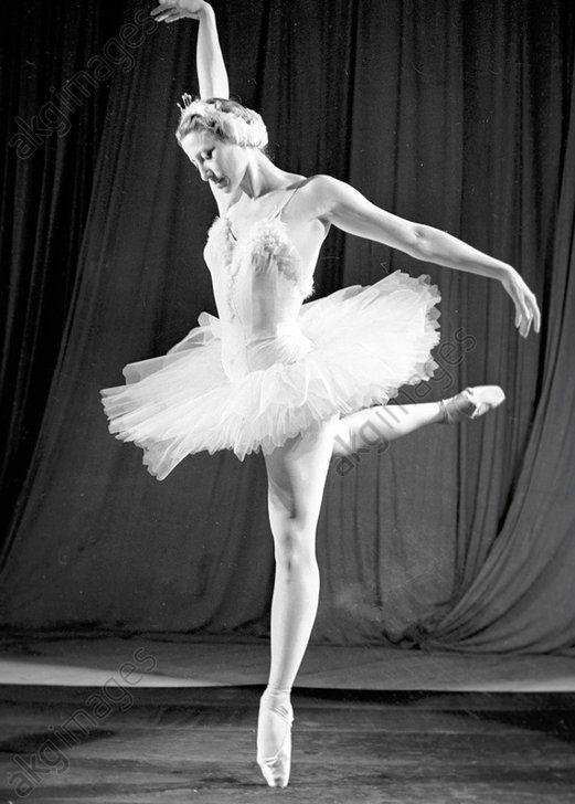 Ballerina Maya Plisetskaya as Queen Odette in ballet 'Swan Lake.' #Ballet_beautie  #sur_les_pointes  * Ballet_beautie, sur_les_pointes *