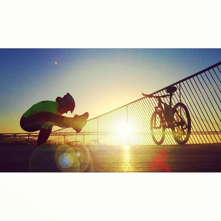 I don't know how this is called in yoga language but it's really fun to do  #sunrise #fromwhereweride #cycling #morningride #cyclistlife #wymtm #girlsonbicycles #girlpower #lightbro #goodmorning #goodmorninglisbon  #landscape #water_brilliance #waterripples  #pedalaremlisboa #riotejo #bicicleta #bikelove #bici #bicycle #beautifullisbon #river #sunny #cyclingshots #lisboa  #ponte25deabril #riotejo #yoga