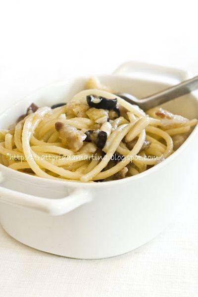 spaghetti con pancetta, olive nere & pinoli