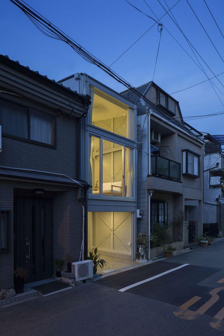 夜は家全体が行灯のように浮かび上がる。