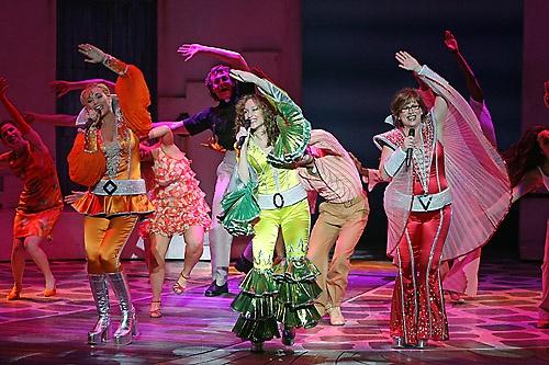 Dünyanın en ünlü müzikali olma özelliğini taşıyan Mamma Mia,  İngilizce dışında, Almanca, Rusça, İspanyolca, Japonca ve İskandinav dillerinde her akşam aynı anda dünyanın 10 farklı kentinde sahnelenip, her yerde kapalı gişe oynamıştır. . Broadway'de tüm zamanların en çok hasılat yapan gösterisi unvanını elinde bulunduran müzikal, ayrıca ülkemizde de gelmiştir.