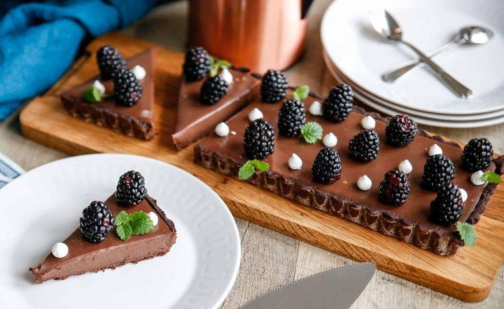 En riktigt krämig chokladpaj med färska bär och maränger. Precis hur gott som helst och den perfekta pajen för dig som älskar choklad!