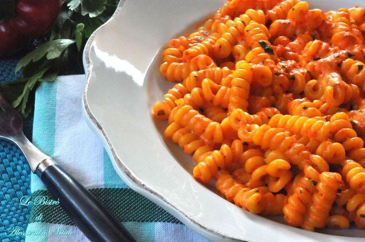 Bastano tre soli ingredienti per Fusilli con crema di peperoni, primo piatto semplice salutare e golosissimo.