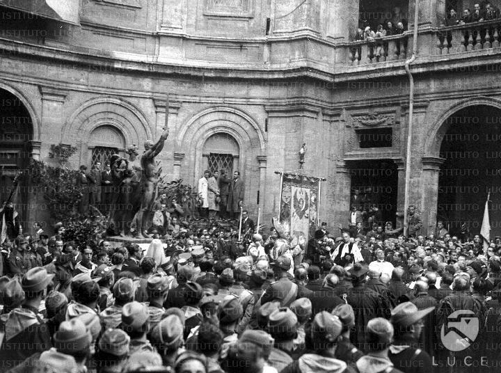 Folla di studenti universitari assiste alla cermonia di benedizione del gonfalone dell'ateneo romano nel cortile della Sapienza  ATTUALITA/GP16/A00051474.JPG