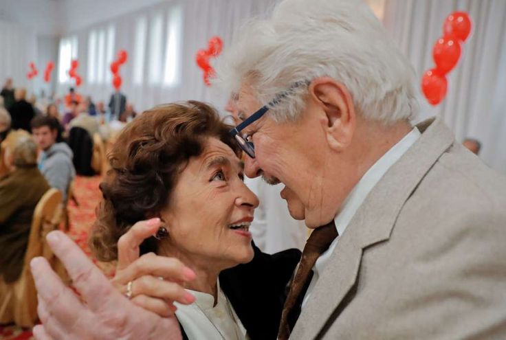 Silvia and Liciniu Agapi, a couple married for 52 and a half years, dance at a party organized by a district city hall on Sept. 26.  A district of the Romanian capital celebrated hundreds of couples, more than 600 people, who have been married for at least half a century by handing out cash awards of 1,000 lei ($255) and inviting them to a joint lunch.Bukarest, Rumänien  Silvia und Liciniu Agapi, verheiratet seit 52 Jahren, tanzen bei einer öffentlichen Veranstaltung. Hunderte Paare, die…