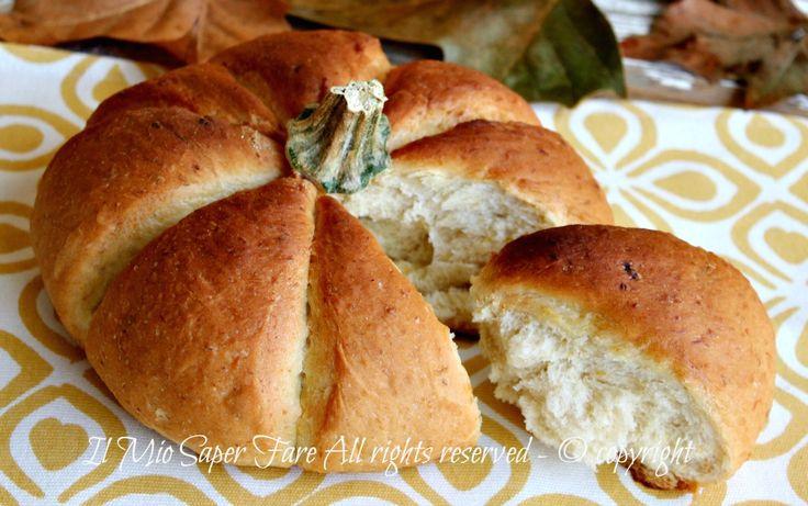 Pane alla zucca soffice e saporito con la scenografica forma di zucca. Consiglio di gustarlo caldo, ha una crostina molto friabile con una mollica morbida