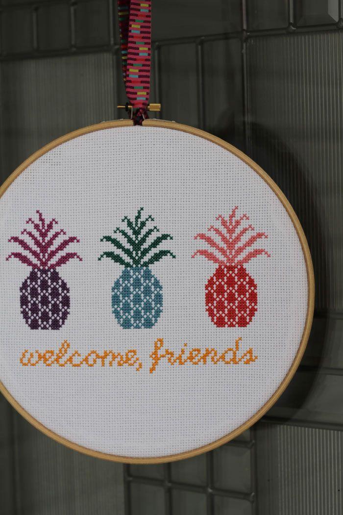 Kijk wat ik gevonden heb op Freubelweb.nl: een gratis borduurpatroon van  Imagine Gnats om deze leuke ananassen te maken https://www.freubelweb.nl/freubel-zelf/gratis-borduurpatroon-ananas/